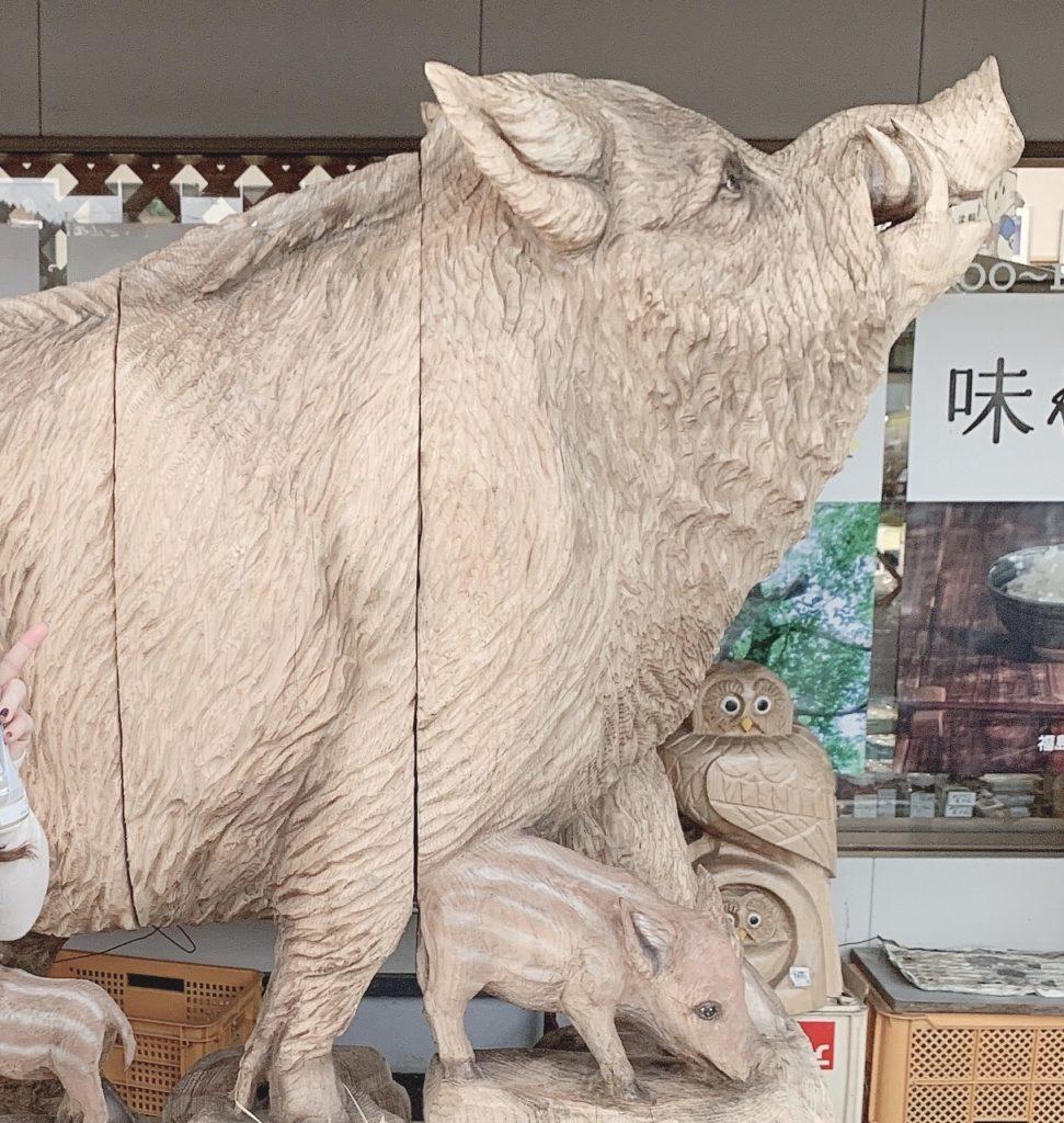 道の駅ふるどのの入口を守るイノシシ親子の木彫り像